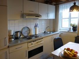 """Komplett eingerichtete Küche. / Ferienwohnung """"Schipp-Landen I"""" in Husum-Schobüll"""
