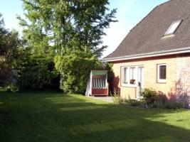 """Terrasse mit Strandkorb, Gartenmöbel und großer Garten. / Ferienwohnung """"Urlaub bei Familie Boockhoff"""" in Drelsdorf"""