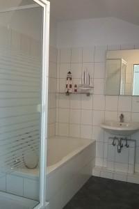 """Badezimmer mit Dusche + Wanne (Acryl), Waschbecken, Wc & Föhn / Ferienwohnung """"☀ Sünnschien in Husum ☀️"""" in Husum (Rödemis)"""