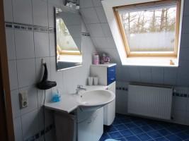 """Das Badezimmer mit Waschtisch... / Ferienwohnung """"Ferienwohnung Holt"""" in Husum"""