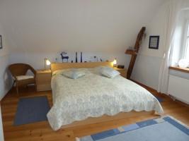 """blaues Zimmer mit Doppelbett (180x200) sowie TV / Ferienhaus """"Villa-Husum"""" in Husum"""