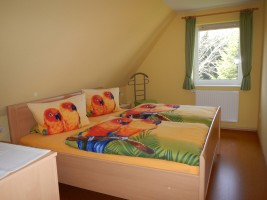 """Schlafzimmer mit Doppelbett und Kleiderschrank / Ferienwohnung """"Urlaub bei Familie Boockhoff"""" in Drelsdorf"""