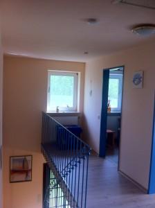 """Über die offene Treppe geht es ins Obergeschoss. / Ferienwohnung """"Bei Uwe und Cordula"""" in Husum"""