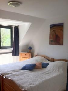 """... befinden sich das (Eltern-)Schlafzimmer mit Doppebett und Fernseher ... / Ferienhaus """"Ferienhaus Süncksen"""" in Husum"""