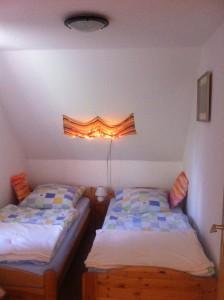 """... und das (Kinder-)Schlafzimmer mit zwei Einzelbetten. / Ferienhaus """"Ferienhaus Süncksen"""" in Husum"""