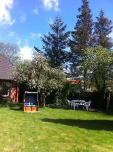 """Der zur Wohnung gehörende, nach Süden ausgerichtete Garten bietet Grün und Ruhe, Terasse und Strandkorb. / Ferienhaus """"Ferienhaus Süncksen"""" in Husum"""