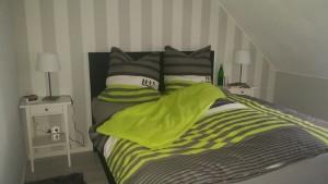 """Schlafzimmer mit Boxspringbett, Kleiderschrank und Kommode / Ferienwohnung """"Ferienwohnung Marsch & mehr II"""" in Südermarsch"""