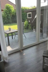 """Wohnzimmer mit Zugang zur möblierten Terrasse und Garten / Ferienwohnung """"Nordstern"""" in Hattstedt"""