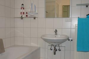 """Badezimmer mit Dusche & Badewanne / Ferienwohnung """"☀ Sünnschien in Husum ☀️"""" in Husum (Rödemis)"""