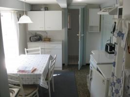 """Kleine Küche mit Sitzecke. / Ferienhaus """"Idyllisches Reetdachhaus in Schobüll"""" in Husum"""
