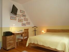 """das gelbe Zimmer mit Bett (160x200) in Komforthöhe und TV / Ferienhaus """"Villa-Husum"""" in Husum"""