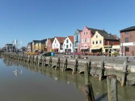 """der Husumer Hafen- hier erwarten Sie viele schöne Restaurants und Geschäfte / Ferienwohnung """"Op England"""" in Nordstrand"""