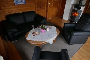 """Gemütlich eingerichtetes Wohnzimmer mit Kaminofen. / Ferienhaus """"Peters"""" in Simonsberg"""