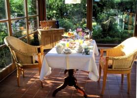 """Lassen sie ihre Seele baumeln. Blicken sie in einen blühenden Garten und lassen sie sich mit einem tollen Frühstück verwöhnen. / Bed and Breakfast """"Möwenstube"""" in Ostenfeld"""