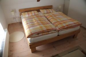 """Schlafzimmer mit Doppelbett inkl. Bettwäsche / Ferienwohnung """"Denkmalgeschützter Hof Hansen"""" in Husum"""