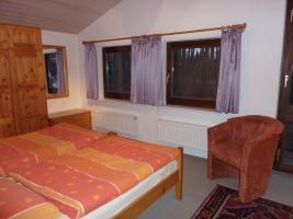 """Das Schlafzimmer mit Blick auf das Rödemiswäldchen / Ferienwohnung """"Am Rödemiswäldchen"""" in Husum"""