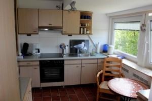 """Von der voll eingerichteten Einbauküche aus können Sie den Sonnenuntergang über Nordstrand genießen. / Ferienwohnung """"Mövennest"""" in Wobbenbüll"""