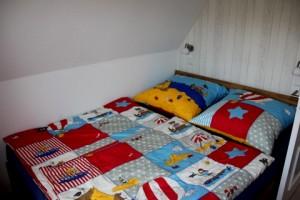 """Das kleinere Schlafzimmer. Hier können Sie am Morgen vom """"määh"""" der Schafe in der Nachbarschaft geweckt werden. / Ferienwohnung """"Mövennest"""" in Wobbenbüll"""