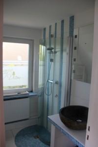 """Ein frisch renoviertes Bad, mit Dusche, WC, Waschmaschine und Fön. / Ferienwohnung """"Mövennest"""" in Wobbenbüll"""