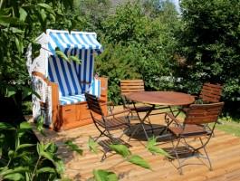 """In unserem Garten (2000qm), stehen der Strandkorb, Sonnenliegen und eine Essecke für Sie bereit. / Ferienwohnung """"Mövennest"""" in Wobbenbüll"""