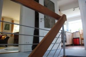 """Blick vom Aufgang und Flur in die Küche und das Wohn-Esszimmer. / Ferienwohnung """"Mövennest"""" in Wobbenbüll"""