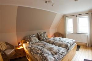 """Das Schlafzimmer mit Doppelbett. ( 1,80 m x 2,00 m ) / Ferienhaus """"unter der Buche"""" in Husum"""
