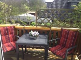 """Großer, liebevoll bepflanzter Balkon mit Gartenmöbeln. / Ferienwohnung """"Ruhig gelegene Ferienwohnung an der Nordsee!"""" in Husum"""