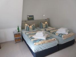 """Schlafzimmer 1 mit Doppelbett / Ferienwohnung """"Stilvolles Dorfquartier nahe Husum"""" in Schwesing"""