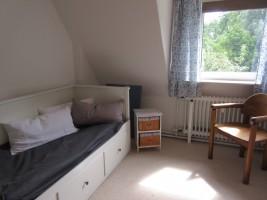 """Schlafzimmer 2 mit Tandembett / Ferienwohnung """"Stilvolles Dorfquartier nahe Husum"""" in Schwesing"""