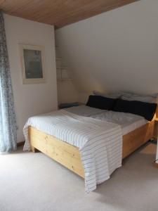 """Schlafzimmer 3 mit 140'er Bett, Schreibtisch und Balkon / Ferienwohnung """"Stilvolles Dorfquartier nahe Husum"""" in Schwesing"""