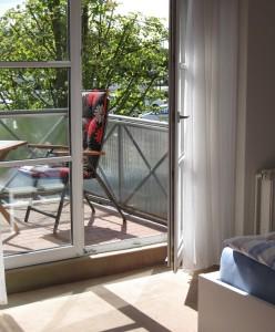 """Balkon mit Gartenmöbel und Markise / Ferienwohnung """"Ferienwohnung am Binnenhafen"""" in Husum"""