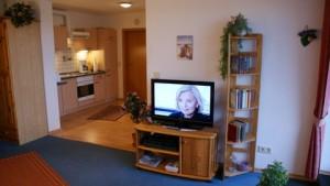 """Wohnzimmer mit TV und alles was man zum Ausruhen braucht...... / Ferienwohnung """"Meerblick"""" in Husum-Schobuell"""
