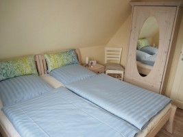 """Kleines Schlafzimmer mit Doppelbett 1.80x2,00 m.  Ansicht 1 / Ferienhaus """"Lat di tied"""" in Husum"""