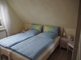"""Kleines Schlafzimmer mit Doppelbett 1.80x2,00 m.  Ansicht 2 / Ferienhaus """"Lat di tied"""" in Husum"""