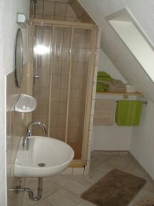 """Badezimmer mit Dusche und WC / Ferienwohnung """"Aublick"""" in Husum"""