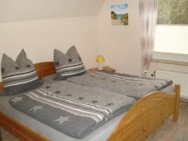 """Schlafzimmer mit Doppelbett und Einbauschrank zum Träumen! / Ferienwohnung """"Aublick"""" in Husum"""