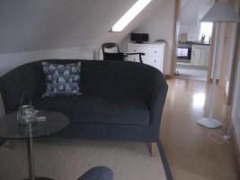 """Auf dem Sofa oder Sessel kann man sich gemütlich erholen. / Ferienwohnung """"Jahreszeiten"""" in Husum"""