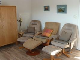 """Wohnzimmer mit Relaxstühlen / Ferienwohnung """"Haus Pedi"""" in Husum-Schobüll"""