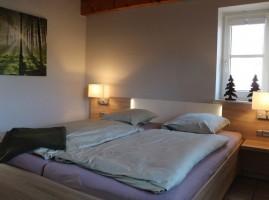 """Komplett neue Möblierung im Januar 2018 -- Schlafzimmer mit bequemen Doppelbetten plus Kinderzimmer mit Etagenbetten oder Stapelbetten. / Ferienwohnung """"Schipp-Landen III"""" in Husum-Schobüll"""