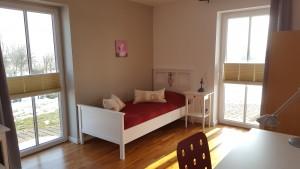 """Schlafzimmer 2 mit zwei Einzelbetten und Schreibtisch / Ferienhaus """"Haus Wattenmeerblick"""" in Nordstrand"""