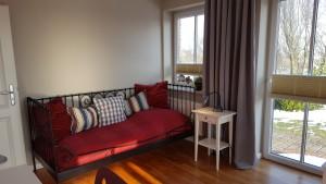 """Schlafzimmer2 mit zwei Einzelbetten und Schreibtisch / Ferienhaus """"Haus Wattenmeerblick"""" in Nordstrand"""