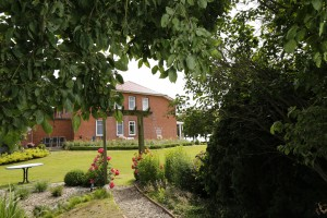 """Blick aus dem Garten auf das Haus / Ferienwohnung """"""""England"""""""" in Nordstrand"""