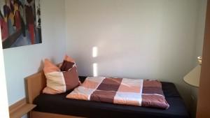 """kleines Schlafzimmer mit Bett 1,20 x 2,00 m / Ferienwohnung """"Lundelius"""" in Husum"""