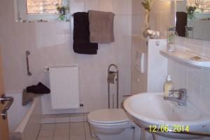 """Badezimmer mit Dusche und Badewanne / Ferienwohnung """"Lundelius"""" in Husum"""