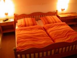 """(Eltern-)Schlafzimmer mit Doppelbett und großem Schrank. / Ferienwohnung """"Urlaub am Wattenmeer mit Strandkorb"""" in Finkhaushallig"""