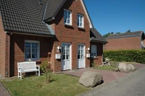 """Vor dem Haus auf der Bank die Sonne genießen / Ferienhaus """"Muschelsucher 2"""" in Nordstrand-Norderhafen"""