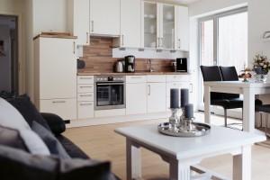 """Küchen im Wohn-Essbereich integriert / Ferienwohnung """"ANKER MAL Husum"""" in Husum"""