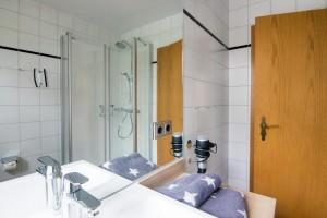 """Bad mit Dusche und WC / Ferienwohnung """"Mühlenblick"""" in Nordstrand"""