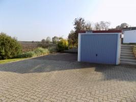 """großer Parkplatz und Garage direkt am Haus / Ferienhaus """"Urige Reetdachkate"""" in Nordstrand"""