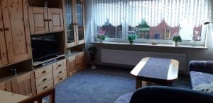 """Wohnzimmer nett ausgestattet mit zusätzlichem Eßplatz. / Ferienwohnung """"Ferienwohnung Hansen"""" in Husum"""